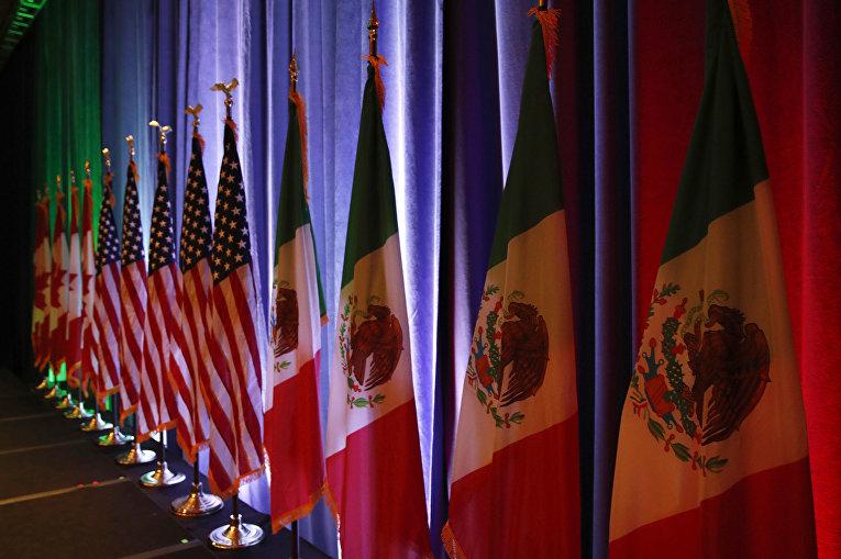Флаги Канады, Мексики и США перед пресс-конференцией о переговорах по НАФТА в Вашингтоне