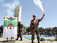 Солдат алжирской армии на военном шоу в честь 55-ой годовщины независимости страны