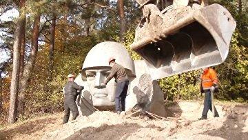 В Литве демонтировали скульптуру советского солдата