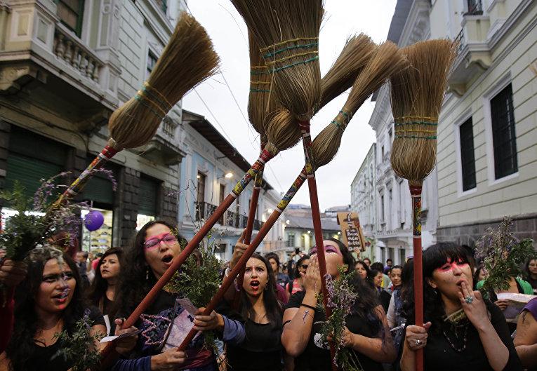 Участницы марша феминистских организаций Эквадоре