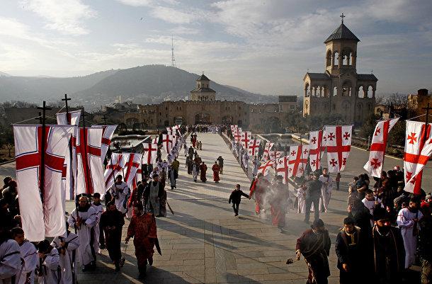 Верующие совершают крестный ход во время православного рождества в Тбилиси