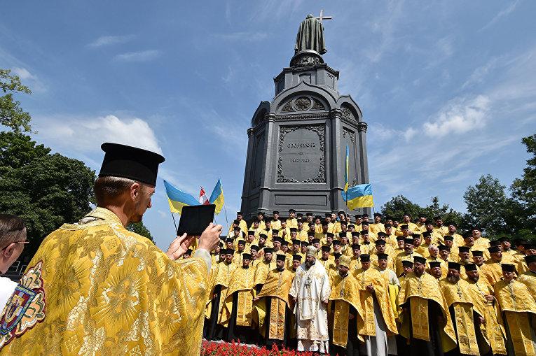 Участники крестного хода в Киеве освященный 1030-летию Крещения Киевской Руси