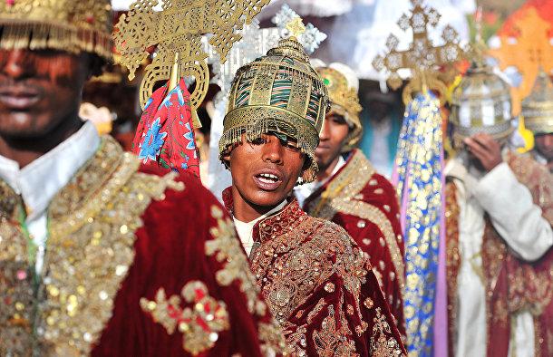 Эфиопские православные священники совершают крестный ход во время праздника Тимкат (Крещение Господне) в Лалибеле