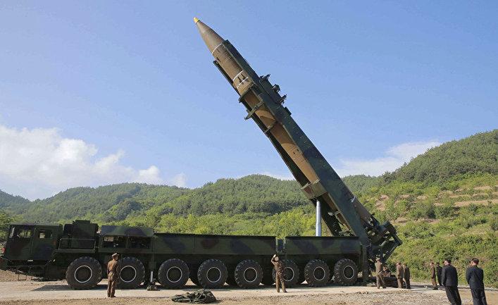"""Лидер КНДР Ким Чен Ын осматривает ракету """"Хвасон-14"""" перед испытаниями. 4 июля 2017"""