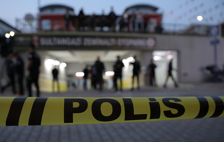 Турецкие полицейские на месте, где был найден автомобиль, принадлежащий консульству Саудовской Аравии, в Стамбуле