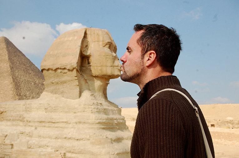 Турист во время посещения комплекса Гиза в Египте