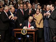 Президент Дональд Трамп подписывает исполнительный приказ об отношениях с Кубой, направленный на прекращение притока средств США в военные и охранные службы страны