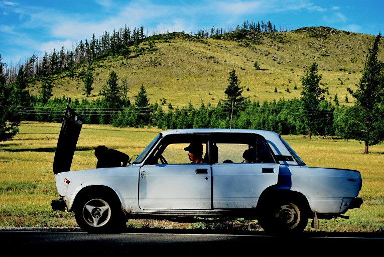 Житель Республики Тыва чинит автомобиль