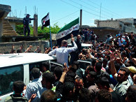 Жители сирийского города Хула  собираются у машин наблюдателей ООН