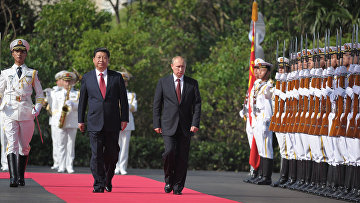 Президент России Владимир Путин и председатель КНР Си Цзиньпин на церемонии открытия военно-морских учений «Морское взаимодействие 2014»