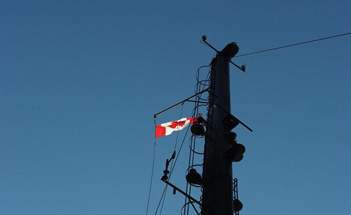 Канадский флаг на мачте ледокола «Амундсен»