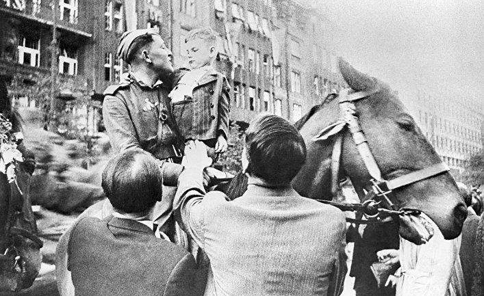 Жители города Праги встречают Красную Армию