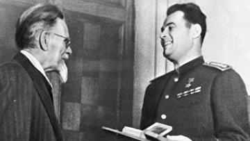 Калинин вручает медаль Черняховскому