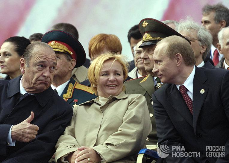 Президент Франции Жак Ширак, Людмила Путина и Владимир Путин на Красной площади во время парада, 2005 год