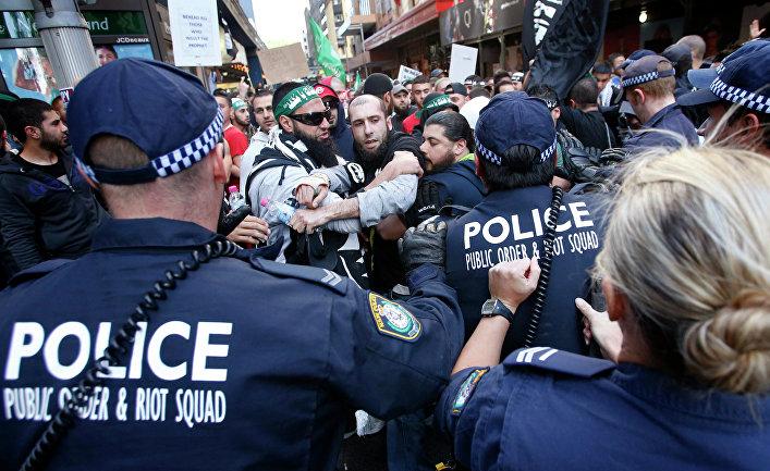 Столкновения демонстрантов с полицией на улицах австралийского Сиднея