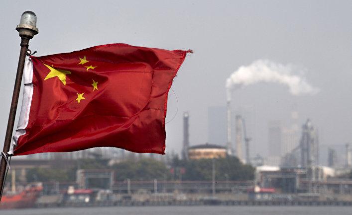 Китайский флаг перед шанхайским нефтеперерабатывающим заводом компании Gaoqiao