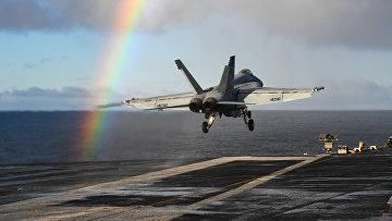 Американский палубный истребитель «Супер Хорнет» взлетает в палубы авианосца «Гарри Трумэн» в Норвежском море