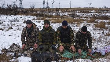 Чеченцы, воюющие на стороне пророссийских ополченцев на востоке Украины, молятся у блокпоста в городе Зугрэс Донецкой области