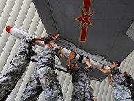 Военные готовят военный самолет во время военных учений в окресностях Гуанчжоу