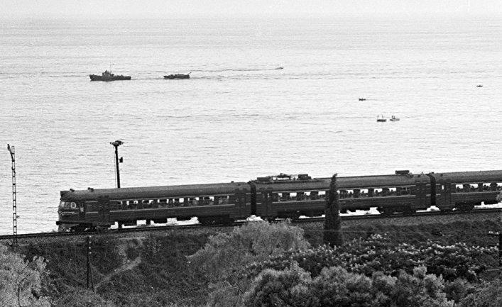 Поезд едет по берегу Черного моря