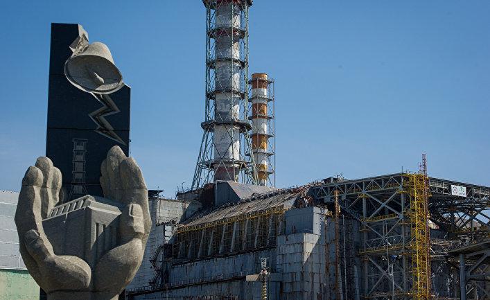 """Четвертый энергоблок ЧАЭС и Памятный знак """"Героям, профессионалам – тем, кто защитил мир от ядерной беды"""" в Чернобыльской Зоне Отчуждения"""