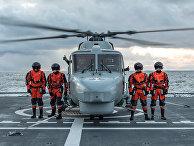 """Португальские военнослужащие на палубе норвежского фрегата HNoMS Helge Ingstad во время совместных учений войск НАТО Trident Juncture 2018 (""""Единый трезубец"""") в Норвежском море. 26 октября 2018"""