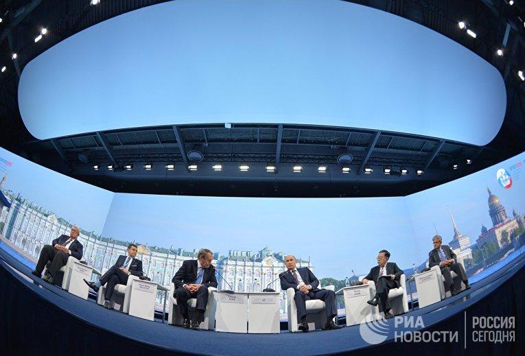 Президент России Владимир Путин на панельной дискуссии в ходе пленарного заседания XIX Петербургского экономического форума