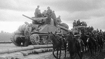 """Советская танковая часть на американских танках """"Шерман"""", поставленных по ленд-лизу"""