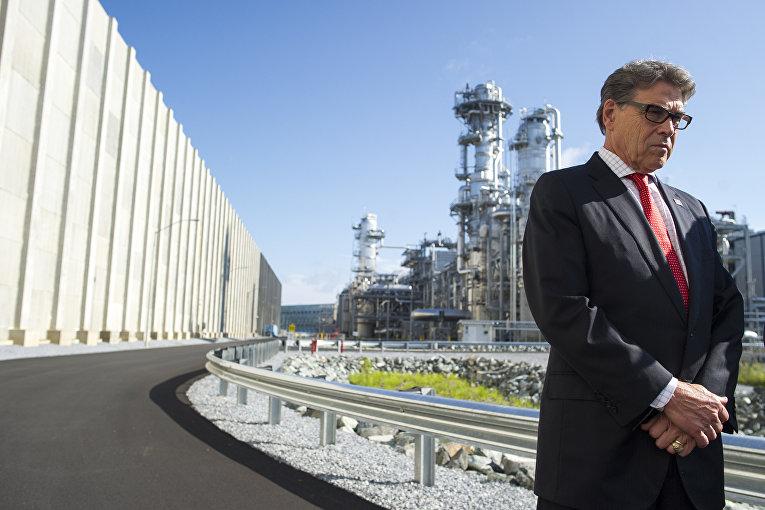 Министр энергетики США Рик Перри на фоне завода по производству сжиженного газа