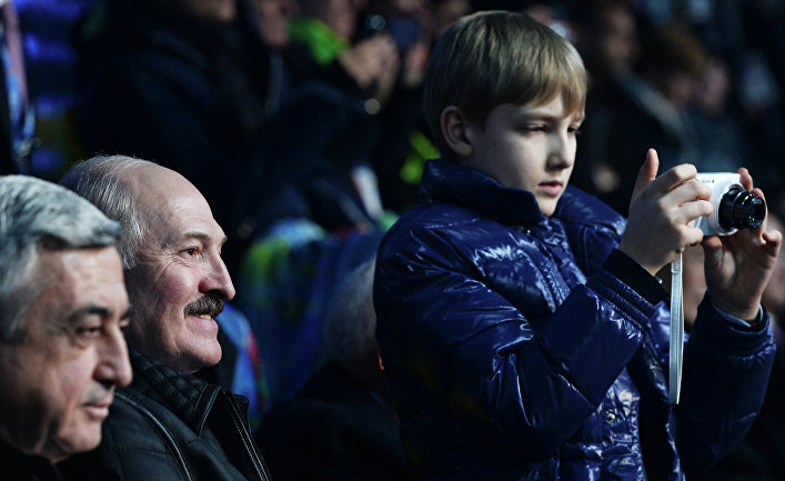 Президент Армении Серж Саргсян, президент Белоруссии Александр Лукашенко с сыном Николаем (слева направо) на трибуне во время церемонии открытия XXII зимних Олимпийских игр в Сочи.
