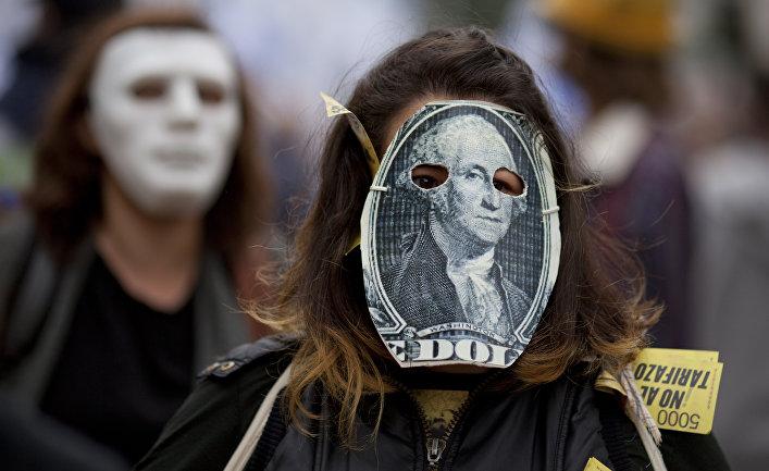 Участница протеста в маске, стилизованной под стодолларовую банкноту в Буэнос-Айресе, Аргентина