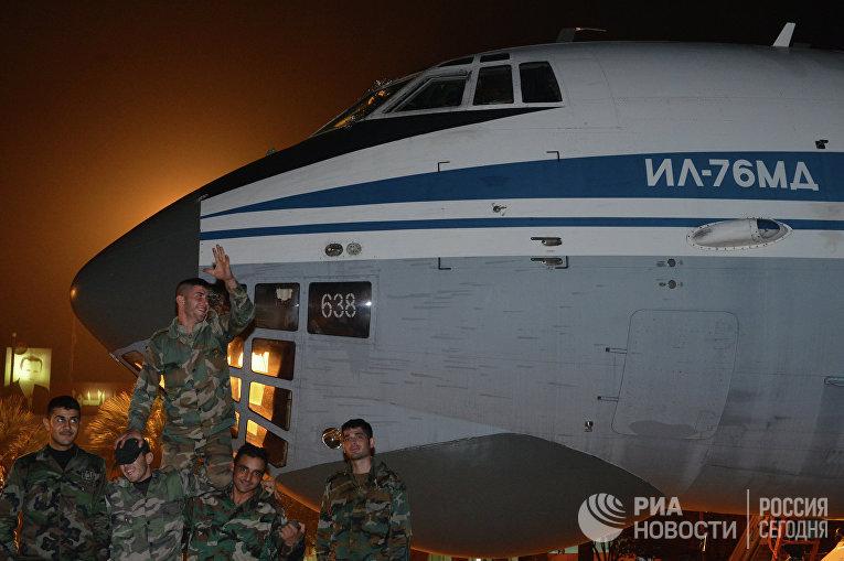 Сирийские военнослужащие у самолета Ил-76МД МЧС РФ с гуманитарной помощью для народа Сирии в аэропорту города Латакия