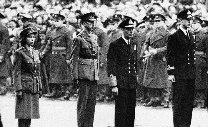 Король Георг VI, принцесса Елизавета и принц Филипп на церемонии, посвященной памяти погибших во время Второй мировой, 1947 год
