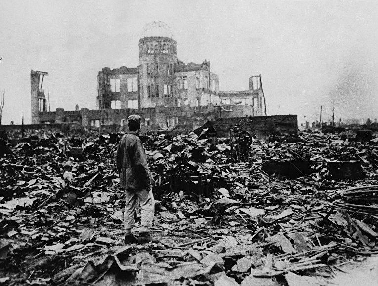 Выживший во время атомной бомбардировки Хиросимы у здания Выставочного центра Торгово-промышленной палаты