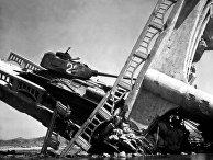 Северокорейский Т-34-85 на мосту, уничтоженном авиацией США