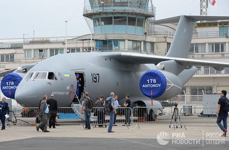Украинский военно-транспортный самолет Ан-178 на 51-м международном парижском авиасалоне Paris Air Show - Le Bourget 2015
