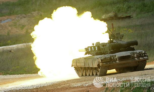 """Танк Т-80 во время показа техники в рамках подготовки к международному военно-техническому форуму """"Армия-2015"""""""