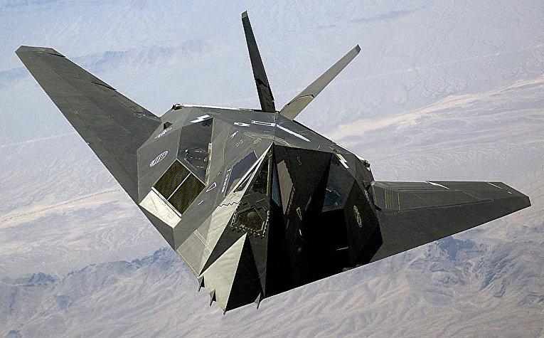 Американский дозвуковой тактический малозаметный ударный самолёт «Локхид F-117 «Найт Хок» над пустыней Невада