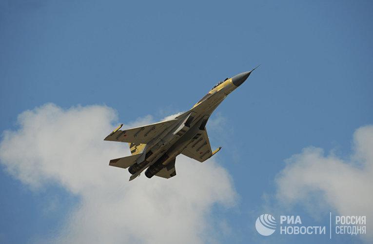 """Реактивный истребитель Су-35 в преддверии открытия """"МАКС-2009"""""""