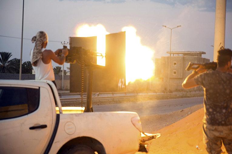Бойцы во время столкновений в Триполи, Ливия