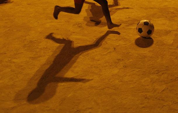 Дети играют в футбол в трущобе Сао-Карлос в Рио-де-Жанейро