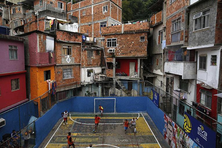 Футбольный матч в трущобах Таварес-Бастос в в Рио-де-Жанейро