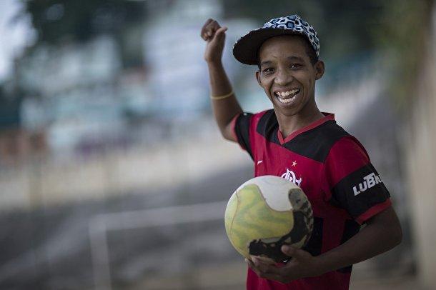 Пятнадцатилетний Кевин играет в футбол в трущобах Сао-Карлос в Рио-де-Жанейро