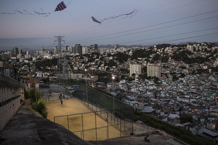 Воздушные змеи над футбольным полем в трущобах Сао-Карлос в Рио-де-Жанейро