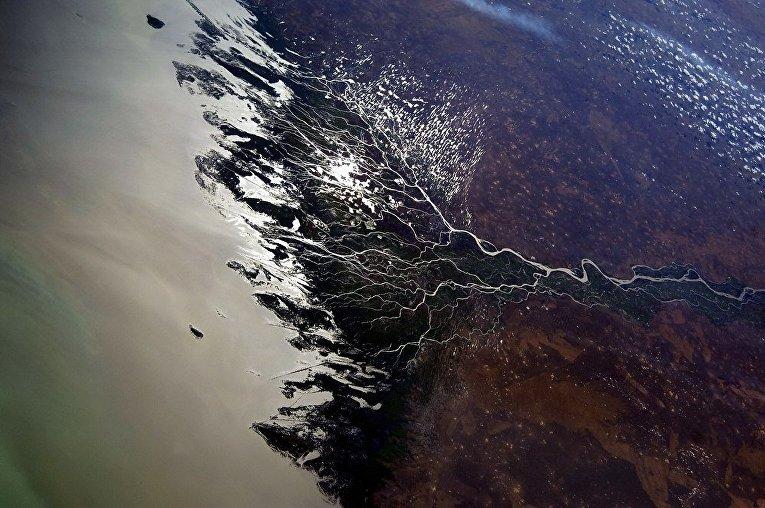 Вид из космоса на дельту реки Волга
