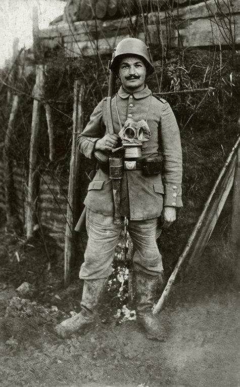 Немецкий солдат в каске «штальхельм», окопы Вердена, 1916 год