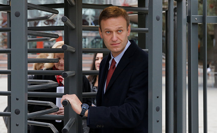 Российский оппозиционер Алексей Навальный покидает Европейский суд по правам человека в Страсбурге