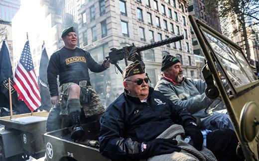 Участники парада в честь Дня ветеранов в Нью-Йорке