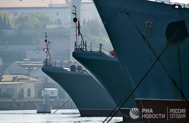 Приспущенные флаги на кораблях в Севастополе