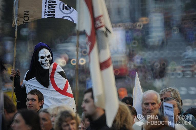 Участники митинга против размещения военных баз НАТО в Чехии, который состоялся на Вацлавской площади